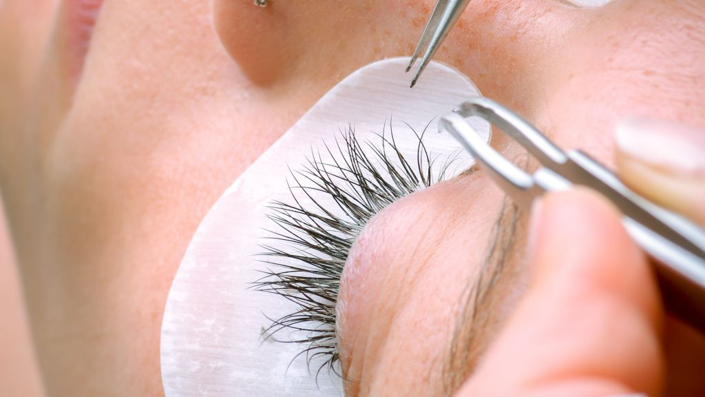 how long can eyelash extensions last
